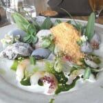 Camarones con polvo helado de erizos de mar, algas y jugo de abeto