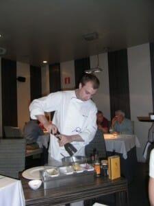 El chef Alfonso Sánchez elabora Steak tartare en directo frente a la mesa del comensal