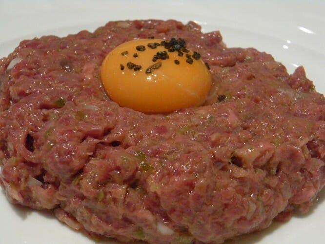 Steak tartar de Toro de Lidia con huevo de trufa