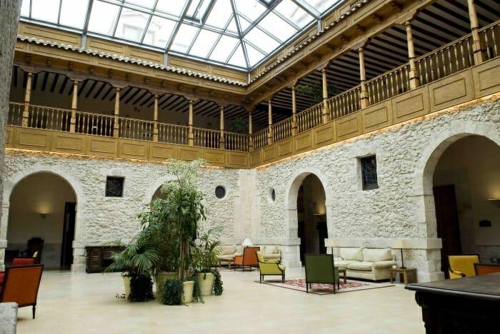 El Gran Claustro posee sillones de diferentes colores y una preciosa cúpula acristalada