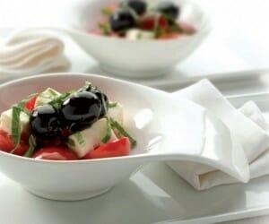 Ensalada de tomate con aceitunas negras y queso de cabra