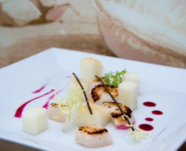 Detalle de uno de los platos de cereza y marisco