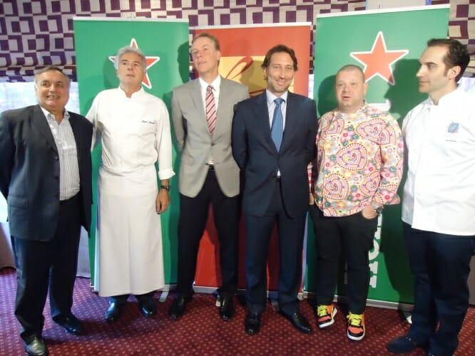 Representantes de la cervecera Heineken España acompañados del chef Pedro Larumbe y otros cocineros, como Alberto Chicote