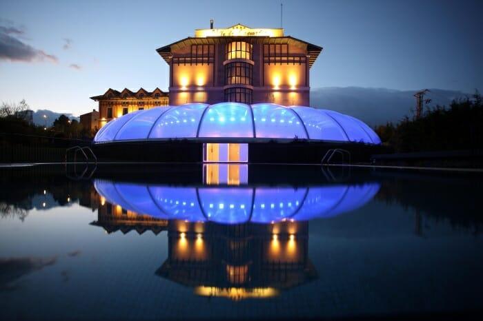 Una visión nocturna del Hotel encantadora