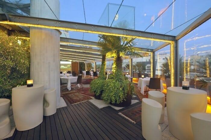 La terraza del claris de moda en barcelona comer - Terrazas de barcelona ...