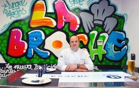 La Broche dispone de un espacio donde los comensales pueden disfrutar de la mejor gastronomía dentro de la propia cocina