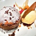 Biscuit de chocolate con helado de fruta de la pasión