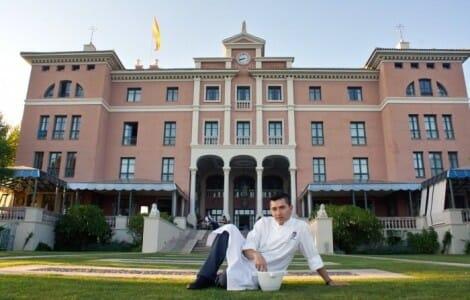Victor Taborda, ante el Hotel Villa Padierna