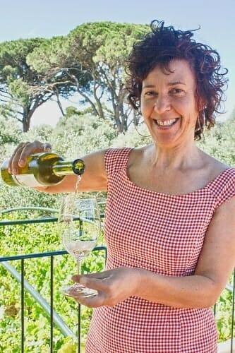 Toia Suárez, con una botella de Quinta de Couselo Rosal
