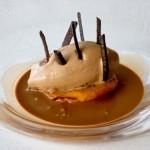 Bizcocho de naranja con helado de chocolate y sopa de cacao
