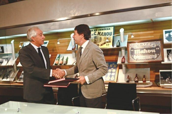 Juan Gervás, presidente de Mahou, e Ignacio González, vicepresidente y consejero de Cultura y Deportes de la Comunidad de Madrid, tras la firma de ratificación del convenio de colaboración entre ambas entidades
