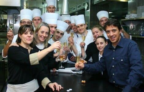 Francis Paniego celebra con su equipo la obtención de su segunda estrella, esta vez en el Hotel de Marqués de Riscal