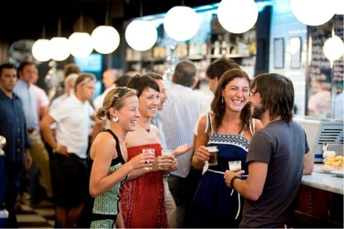 Los españoles prefieren los bares donde los camareros sean amables, pongan tapas con la bebida y haya un buen ambiente