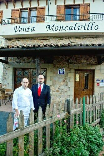Ignacio y Carlos Echapresto, junto a la entrada a Venta Moncalvillo