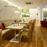 El Cheese Bar dispone de un espacioso comedor con altura y mesas con buena amplitud, además de un jardín vertical