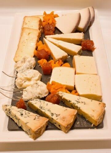 C mo preparar una tabla de quesos comer for Platos fuertes franceses