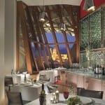 El comedor del restaurante gastronómico del Hotel Marqués de Riscal es espacioso, con ventanales altos y vistas a Elciego