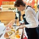 Detalle de la preparación de la tabla de quesos