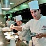 El chef Eduardo Lumbreras, en la cocina del restaurante junto a su equipo
