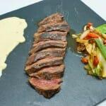 Carne roja fileteada a la planca con salsa tártara oriental y verduras salteadas