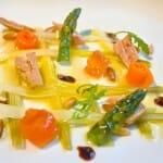 Puerros, ventresca de atún y vegetales con piñones asados y vinagre de Haro