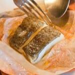 El pescado se extrae de su cobertura de barro ante el cliente