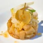Manzana confitada con sidra, helada, crujiente y natural