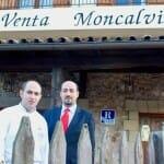Ignacio y Carlos Echapresto, frente a la fachada de su restaurante