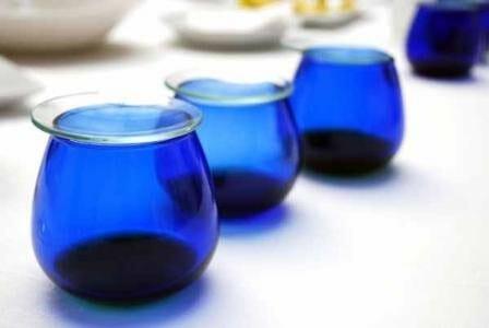 Las copas de degustación, traslúcidas y de color azul, se cubren con un plantillo de vidrio para evitar la pérdida del aroma del aceite