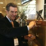Paolo Pasquali, con el dispensador de aceite de oliva de su invención por el que ha sido premiado