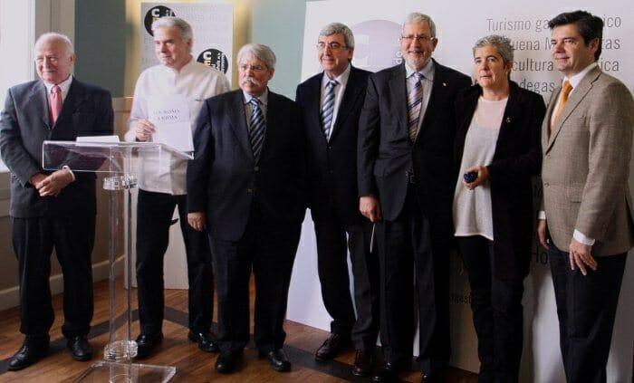 Foto de familia del Comité Técnico, antes de anunciar la candidatura ganadora