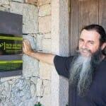 Miguel Martínez en la puerta del Restaurante Lagar en Eiras