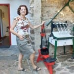Rosa Ruiz junto a algunos de los utensilios de la antigua bodega familiar
