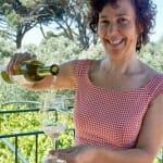 Toia Suarez sirve uno de sus vinos de Quinta Couselo en una terraza que merece la pena visitar