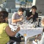 Cata en Martín Codax en Vilariño, junto a su enólogo, Luciano Amoedo, en la estupenda terraza de la bodega