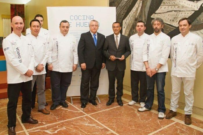 Siete de los cocineros participantes posan junto al Presidente del Patronato de Turismo, Ignacio Caraballo, y el vicepresidente de la Asociación de empresarios de Hostelería, Antonio Ramírez