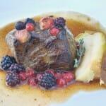 Lomo de ciervo a la parrilla con manzana asada y frutos rojos