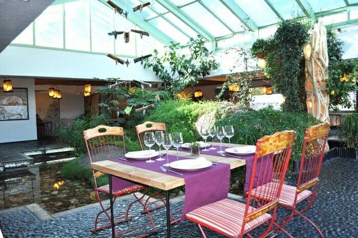 La casa verde cocina bien elaborada en un entorno m gico - Casas con jardin interior ...