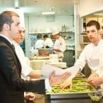 El chef junto a su equipo, en cocina de Moments