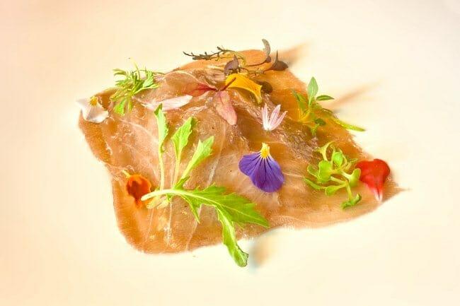 Carpaccio de atún rojo sobre virutas de foie y galleta crujiente