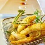 Fritura de bacalao y verduras con mosaico de salsas