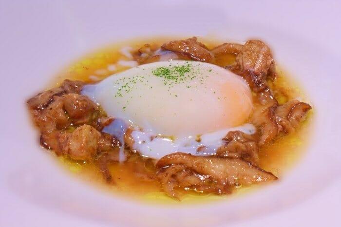 Huevo con setas y foie