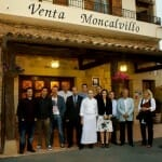Foto de familia de chefs, periodistas y amigos en la puerta de Venta Moncalvillo