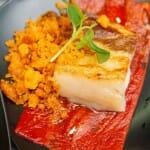 Láminas de pimientos del pontigo, panceta asada y florde sal (Enrique Martínez)
