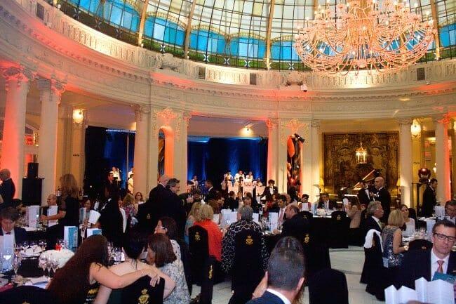 La cena de gala tuvo lugar en el restaurante La Rotonda, bajo la mágica cúpula multicolor del Palace