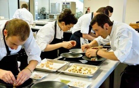 Eneko Atxa, junto a su equipo en la cocina de Azurmendi