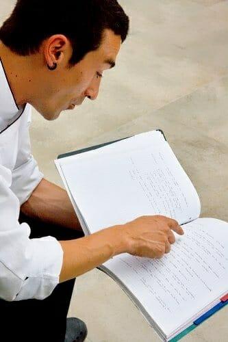 Atxa nos muestra el cuaderno donde anota sus ideas para nuevos platos