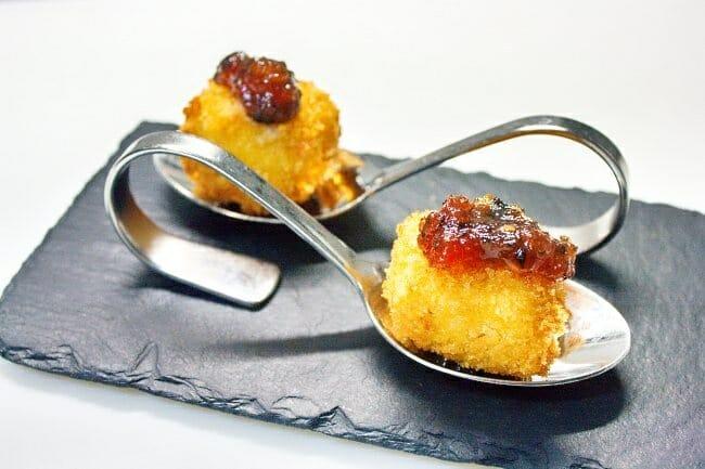 Croquetas líquidas de queso sobre confitura de tomate y aceitunas negras