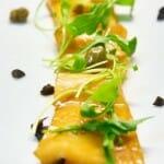 Tiradito de pez mantequilla marinado y rúcula con encurtidos