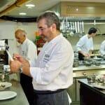 Moises Leranoz, en la cocina de DOMA junto a su equipo